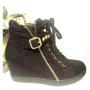 Gold/Black Womens Ankle Boot, size 7.5